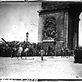 1919-08-12 - sous l'arc de Triomphe à Paris