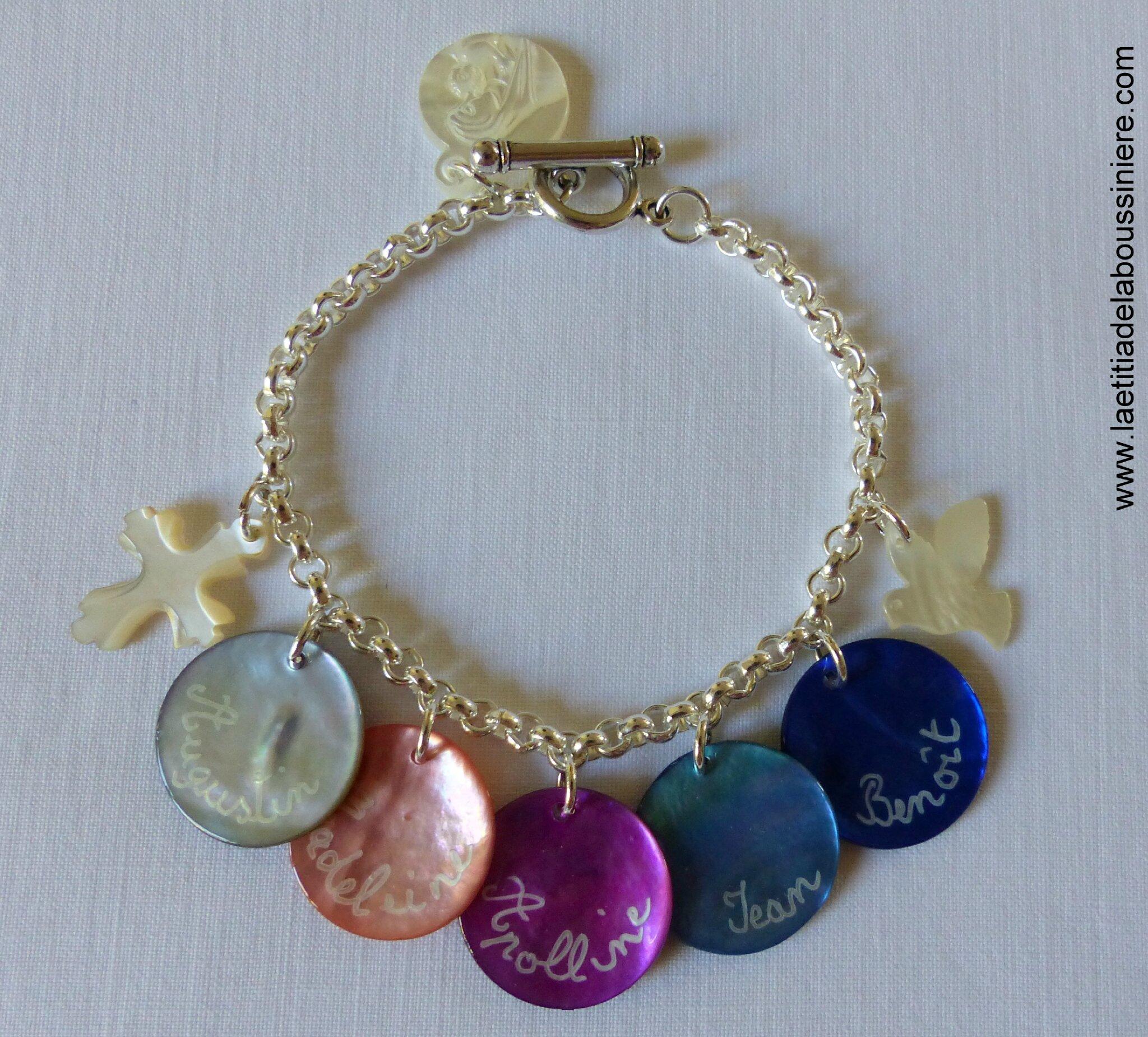 Bracelet sur chaîne ronde en métal composé de médailles en nacre gravées et de breloques en nacre