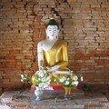 Birmanie / Mandalay / Inwa / Bouddha dans un temple