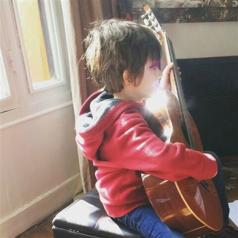 Premier cours de guitare ©Kid Friendly