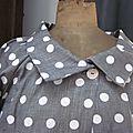 Veste BLANCHE en lin gris à pois blancs fermée par un bouton de nacre (4)