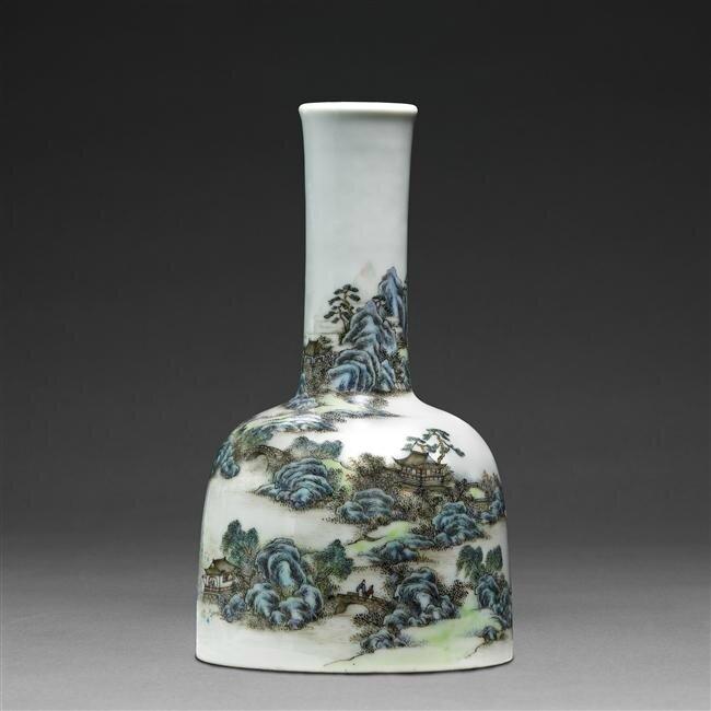 Vase bouteille à décor de paysage dit 'vase maillet', règne de Qianlong (1736-1795)