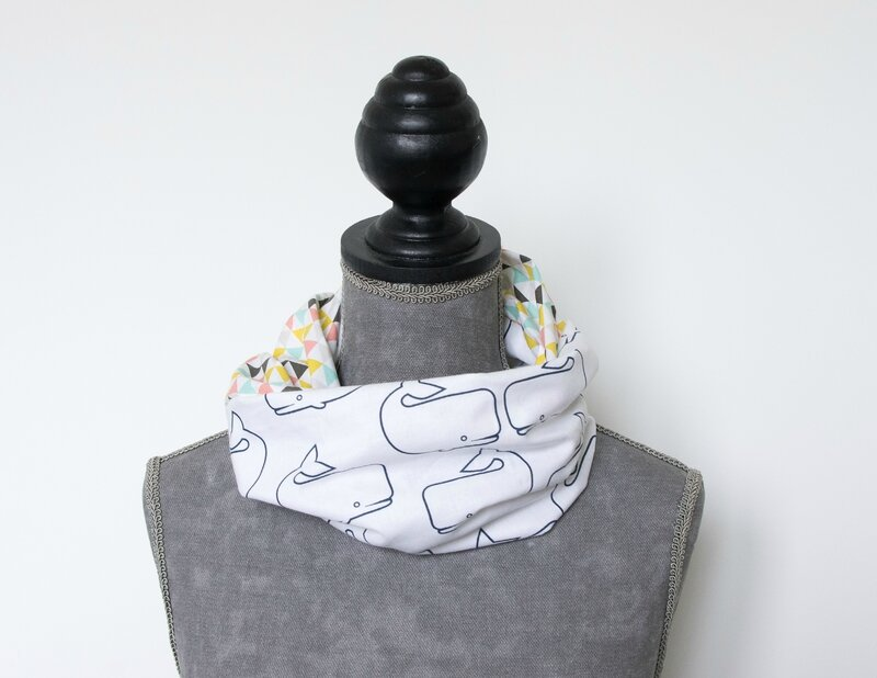 snood foulard printemps été balein blanche et triangles multicolores