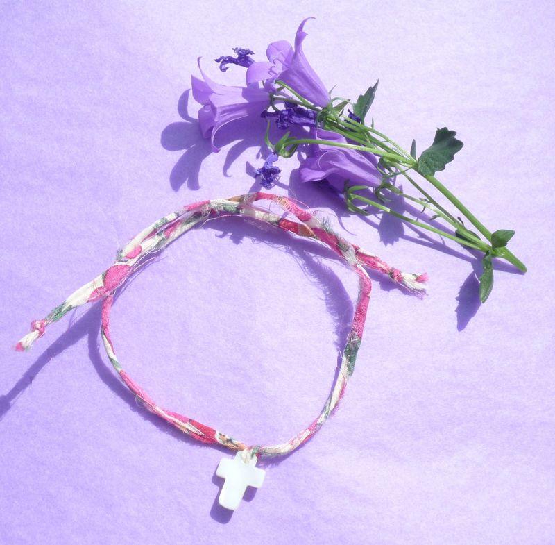 croix nacre blanche, lien Liberty rose