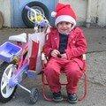 je suis la mère noel je fais ma distribution de cadeau en vélo