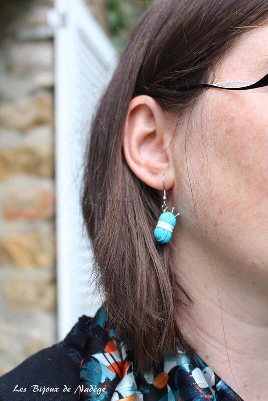 boucles d'oreilles pelotes de laine bleu