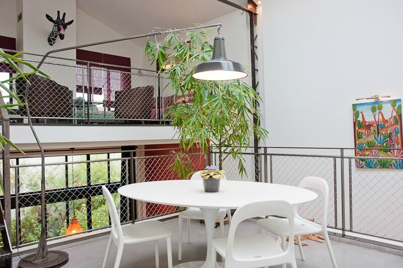 1053467-une-salle-a-manger-au-design-contemporain-et-industriel[1]