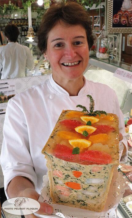 Francoise_BONNEFOUS_et_terrine_de_poissons_epinards_aux_agrumes_coupe