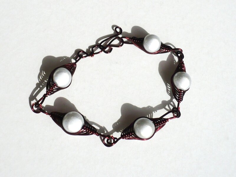 bracelet wire marron, perles blanches