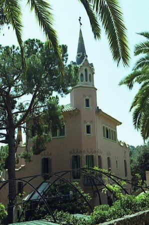 Park_Guell_Casa_Gaudi_vista_general_primer_pla