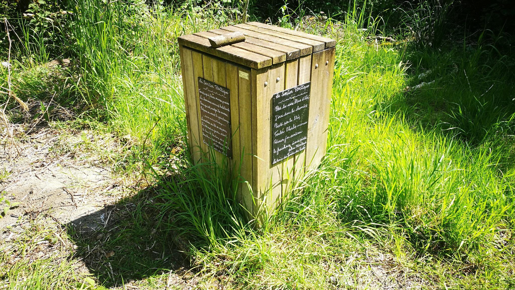 Sauveterre-De-Béarn, sentier des poètes, poubelle et poème (64)