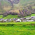 Le village de Lées et ses vertes prairies...