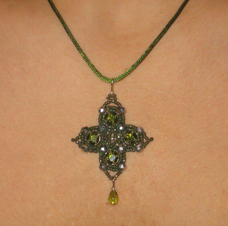 Pendentif tissé en perles vertes et argent