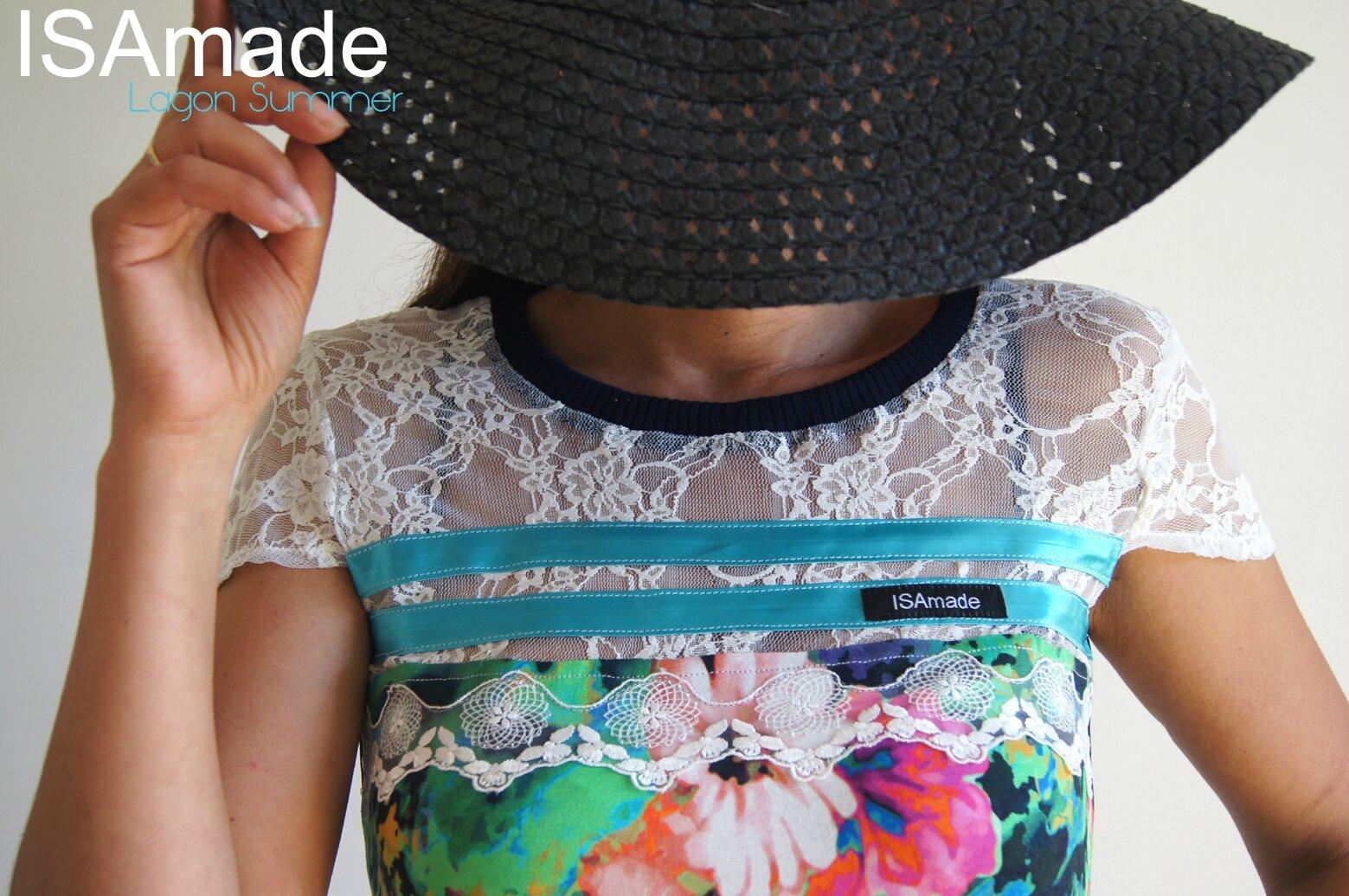 Une Robe ISAmade ose la couleur sur une maille imprimé impression numérique aux fleurs mêlées et pieds de poule fondus, de la dentelle fraiche qui joue la transparence !