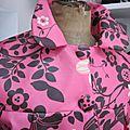 Ciré AGLAE en coton enduit rose tyrien fleuri fermé par 2 pressions cachés sous 2 gros boutons recouverts dans le même tissu (9)