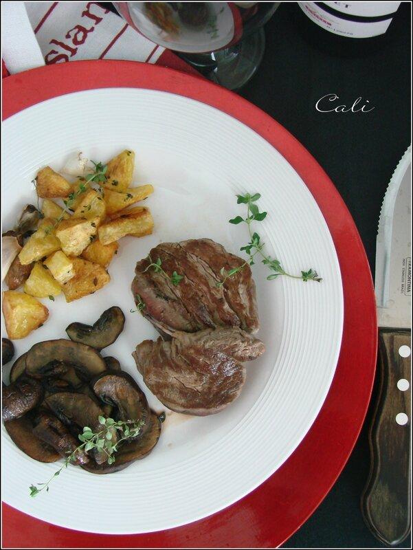 Médaillons de Filet de Boeuf Grillés, Poêlée de Cremini & PDT Rôties à la Graisse de Canard 004