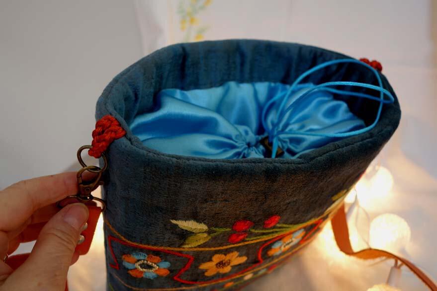 sac 42 broderie main sur velours bleu, motif créateur b