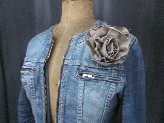 Broche fleur EVELYNE en lin taupe (2)