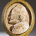 Médaillon en marbre blanc représentant un homme de profil, probablement un pape. travail italien de la fin du xviième siècle