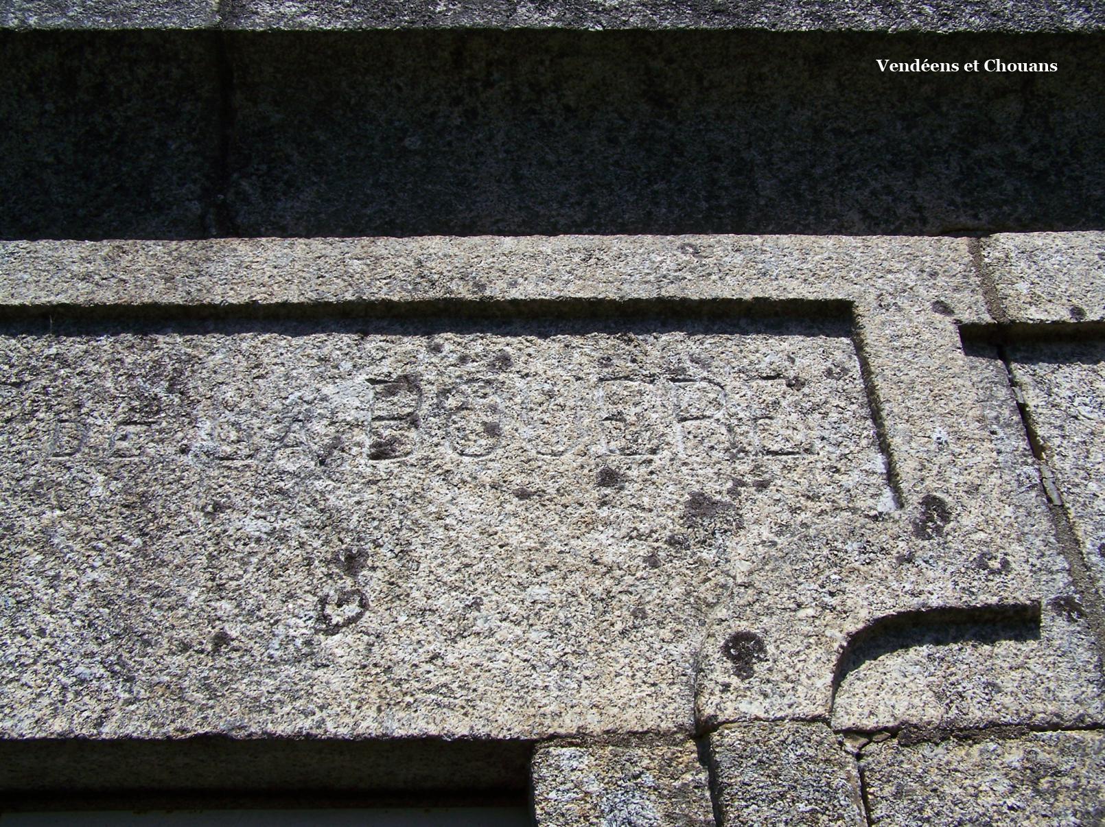 Jallais (49) – Inscription « La Bouëre » sur le linteau de la chapelle funéraire