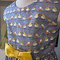 Robe OCTAVIE en coton gris imprimé oiseaux - noeud et boutons recouverts en coton jaune (18)
