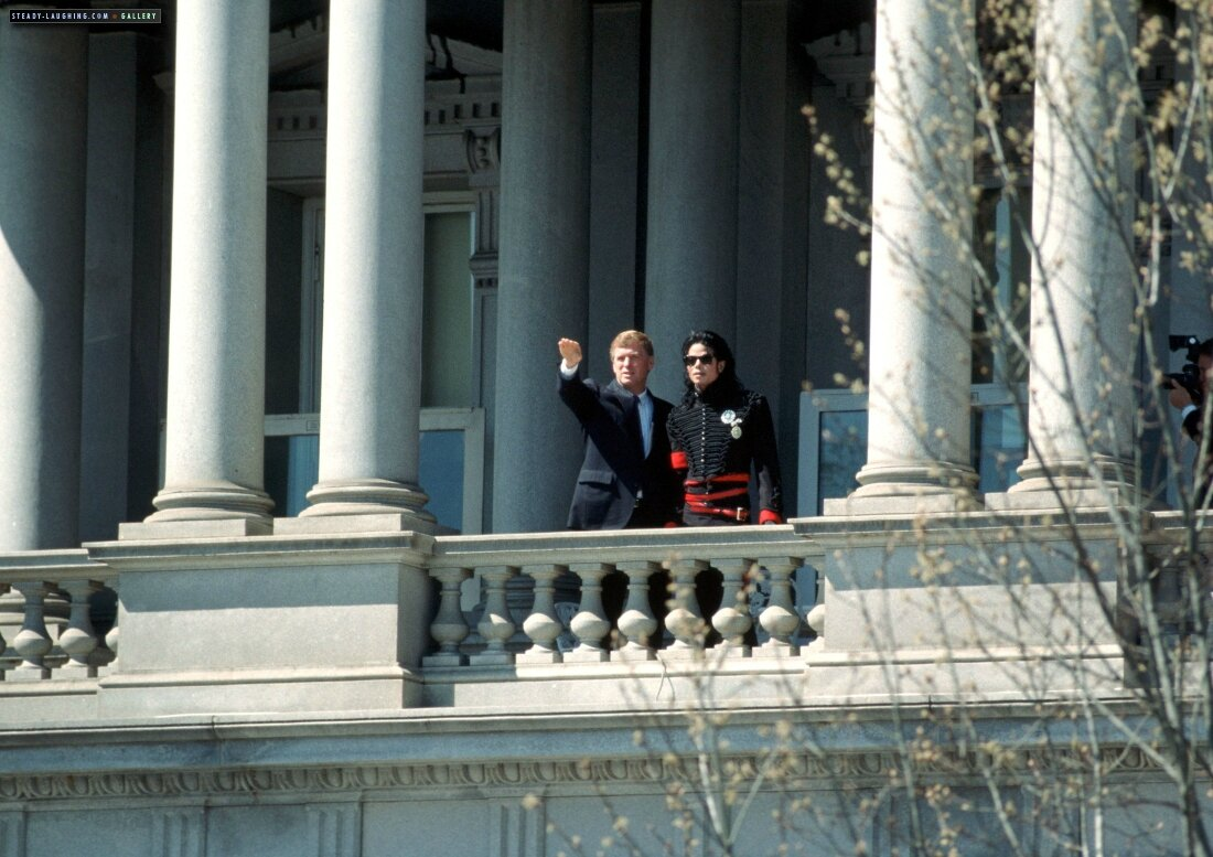 after-being-honored-by-the-museum-of-children-as-the-entertainer-of-the-decade-president-george-bush-personally-congratulates-michael-at-the-white-house(50)-m-12
