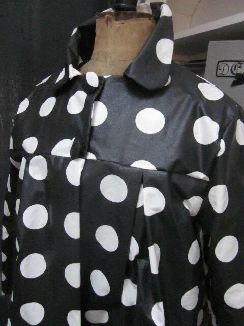 Ciré AGLAE en coton enduit noir à pastilles blanches fermé par 2 pressions dissimulés sous 2 boutons recouverts (3)