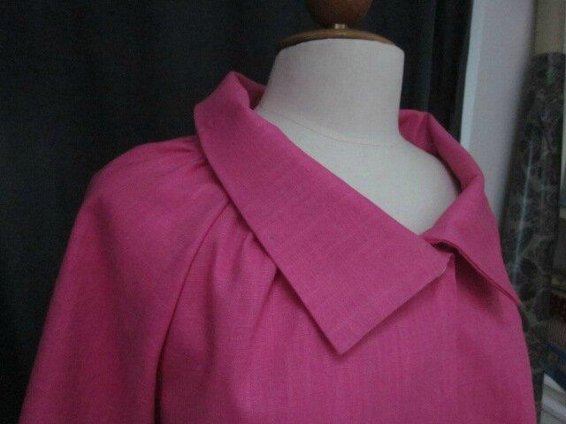 Veste BLANCHE en lin rose tyrien fermé par un bouton de nacre (1)