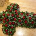 croix composée de roses rouge