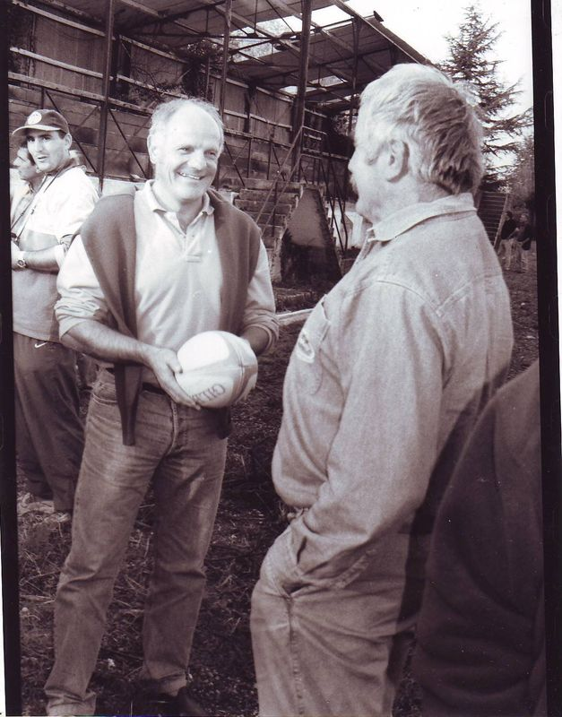 Francis Lartigue tend le ballon à Jeannot Besse