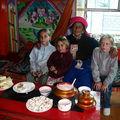 Goûter chez la famille tibétaine: thé au beurre salé de yack!!!