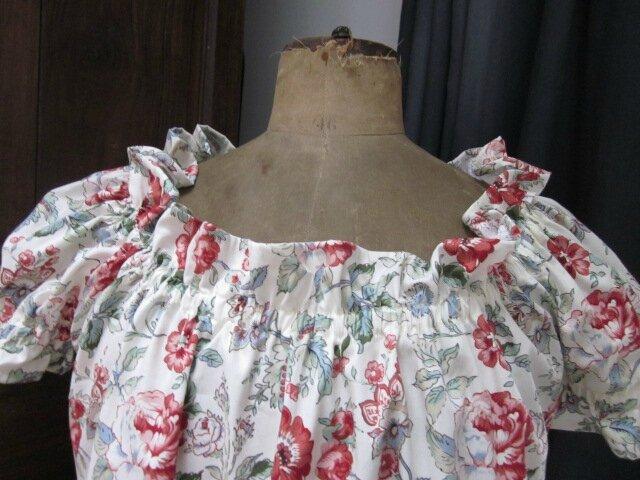 Robe Albane trapèze avec encolure et manches courtes froncées en coton écru à fleurs rouge et feuillage vert