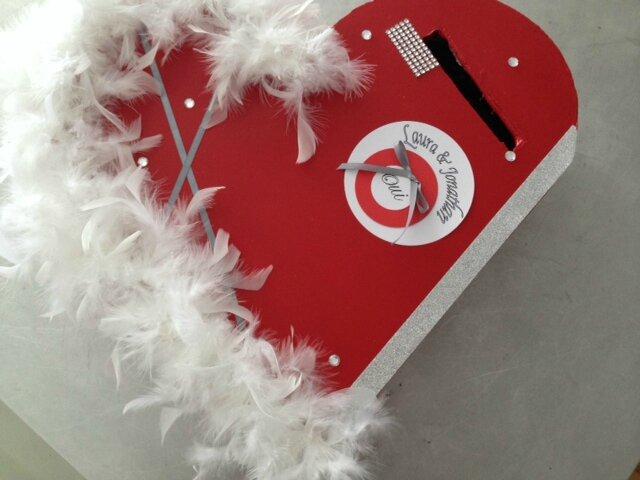 Urne coeur rouge blanc plume photo de deco mariage - Decoration coeur rouge ...