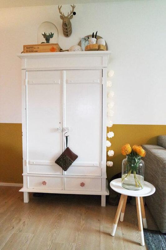 armoire-de-salon-blanc-vintage-table-d-appoint-scandinave-bois-mur-peint-en-ocre-jaune-moutarde-et-blanc