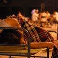 Certains dorment, d'autres jouent au Ma Jong dans la chaleur de la nuit