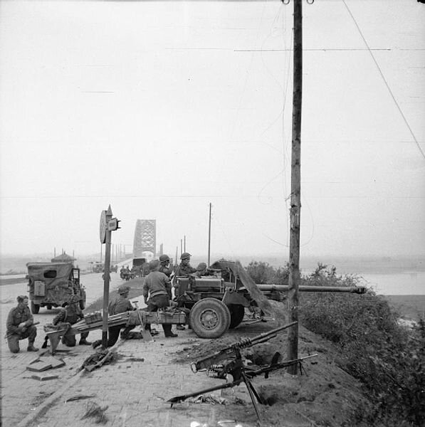 597px-17-pdr_anti-tank_gun_near_Nijmegen_Bridge