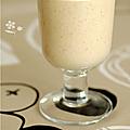 Boisson énergétique pour sport du matin, smoothie banane, avoine, puree d'amande complete & lait riz-amande
