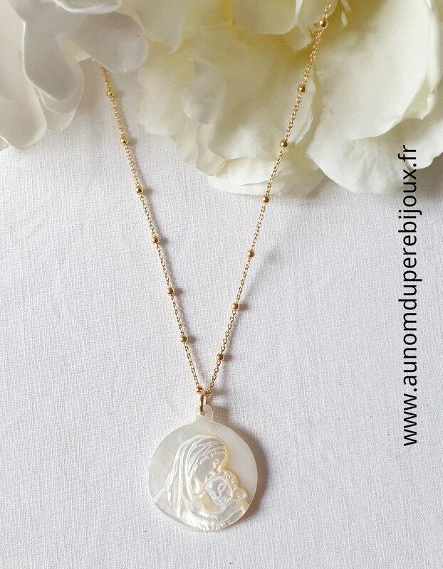 Collier médaille de Vierge à l'Enfant en nacre sur chaîne perlée en plaqué or - 65 €