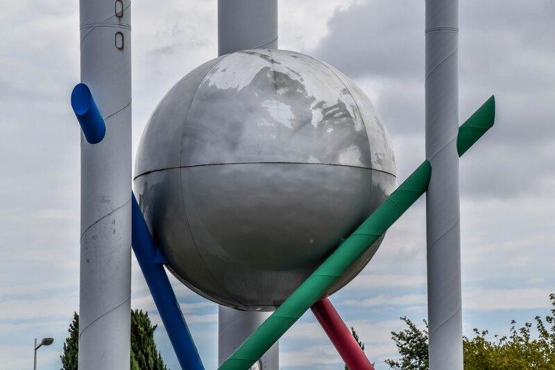 Sculpture au milieu d'un rond-point