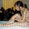 Une chinoise nue recouverte de braille (expo cheng yong)