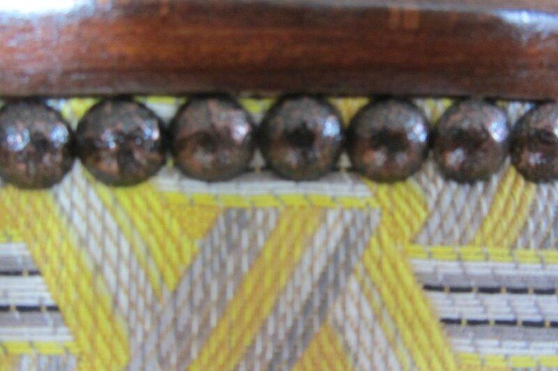 poser des clous sur un fauteuil tapissier côté sièges