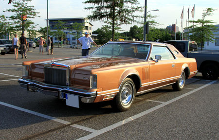 Lincoln_continental_mark_V_hardtop_coupe_de_1977__Rencard_du_Burger_King_juillet_2010__01