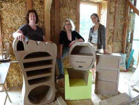 Atelier mobilier en carton dans la maison en paille 4