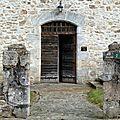 Porte de logis ancien.