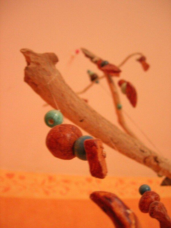 Suspension en terre cuite, vue 5. Les perles sont de Mathilde D., 5 ans