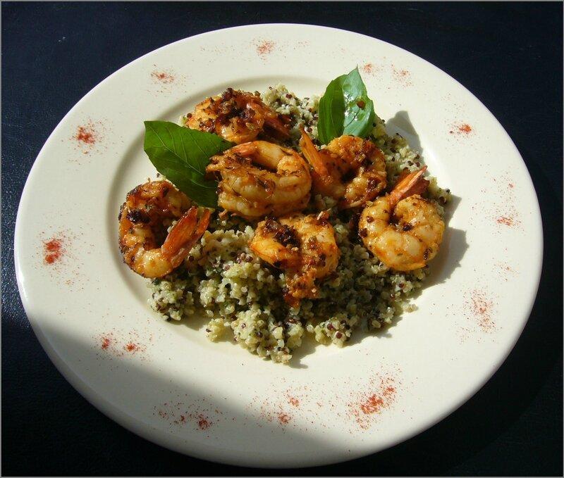 Quinoa au pesto, crevettes à l'ail et épices