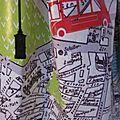 Ciré AGLAE en coton enduit imprimé bus londonnien sur fonc blanc cassé fermé par un noeud dans le même tissu (4)