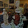 Les vitrines d'art de la galerie Véro Dodet.