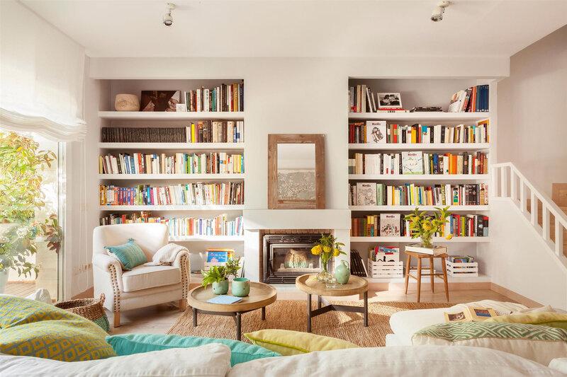 salon-con-dos-librerias-empotradas-simetricas-a-cada-lado-de-la-chimenea_daa0a8ed
