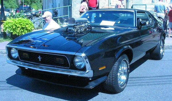 800px-'71_Ford_Mustang_Mach_1_(Auto_classique_Pointe-Claire_'11)